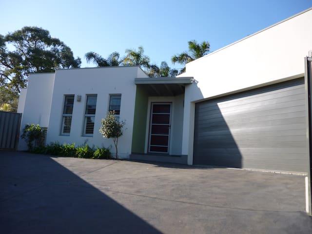 Contemporary Villa - Corrimal - Villa