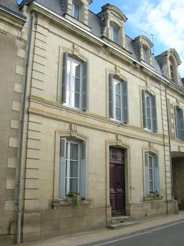 3 storey house, village location, sleeps 8 - Moncontour - Huis