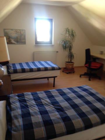 Ein großes Dachgeschosszimmer - Uttenreuth - Casa