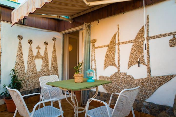 Una habitación con teraza y salon - Santa Coloma de Gramenet - Byt