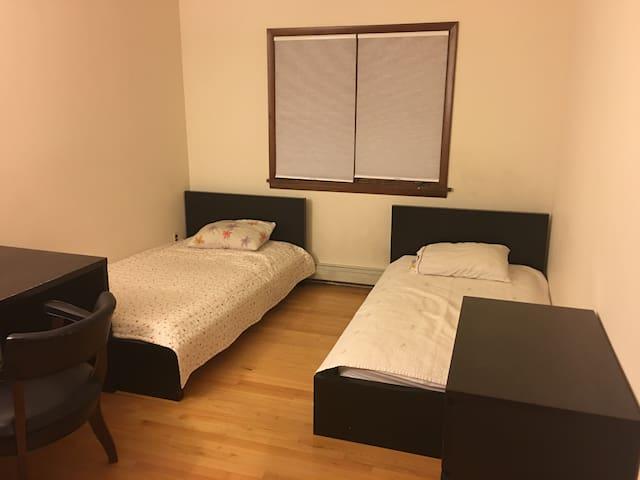 양키룸2인실: 하우스 2층에 위치한 넓고 쾌적한 방입니다. - Englewood Cliffs