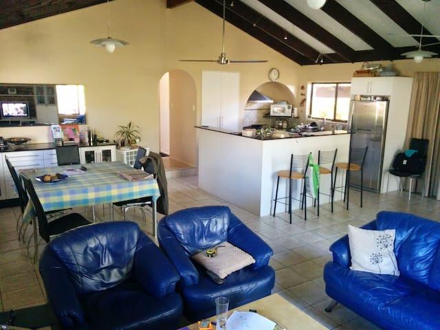 Room in a quiet & beautiful suburb - Jindalee - Casa