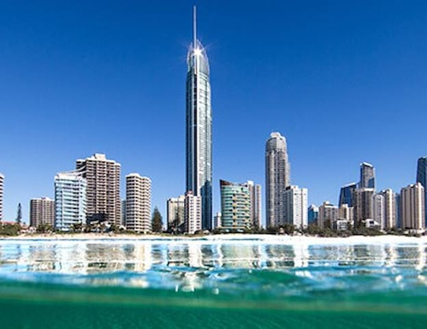 New 3 Bed Seaside Stunner Free Wifi - Surfers Paradise - Wohnung