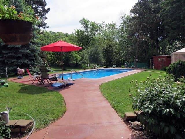 Private beautiful backyard pool & gazebo - New Richmond