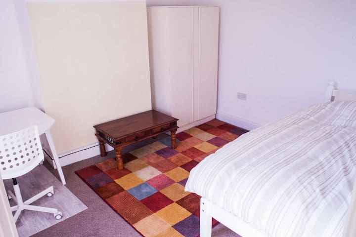 Large bright room in quiet clean home with wifi. - Wigan - Ev