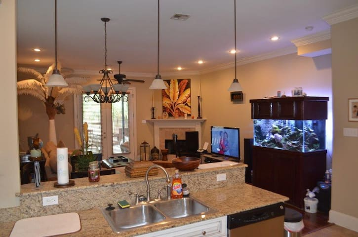 Upscale Townhome with Full Amentities - Metairie - Stadswoning