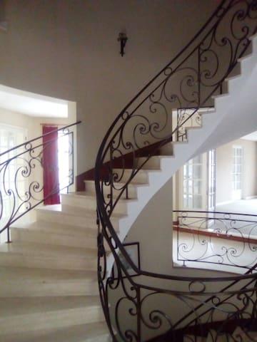 Break dans luxueuse maison de 700m2 - Vierzon - Casa