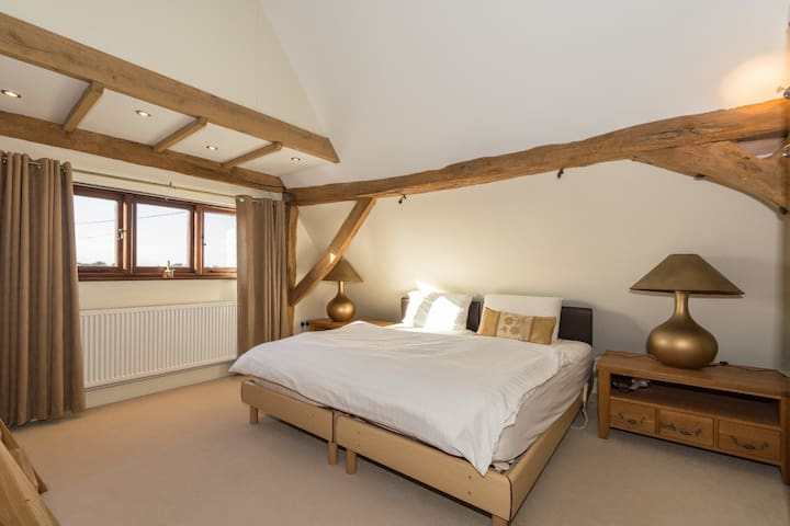 Character room in large barn conversion - Little Tey - Maison