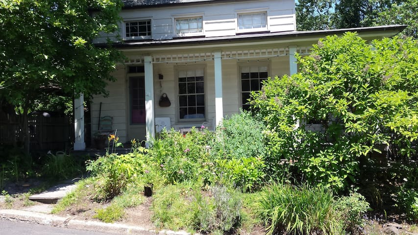 Cozy room in Bohemian Garden Cottage - Women only - Nyack