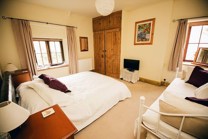 Weycroft Mill House B&B, The Hawkchurch room - Axminster - Bed & Breakfast
