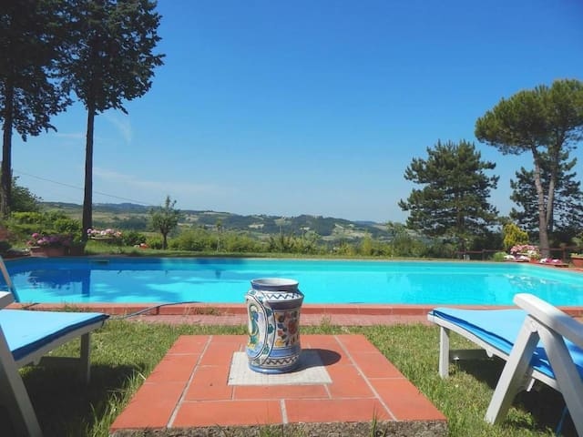 Piscina e vista panoramica in collina - Montemarzino - Villa