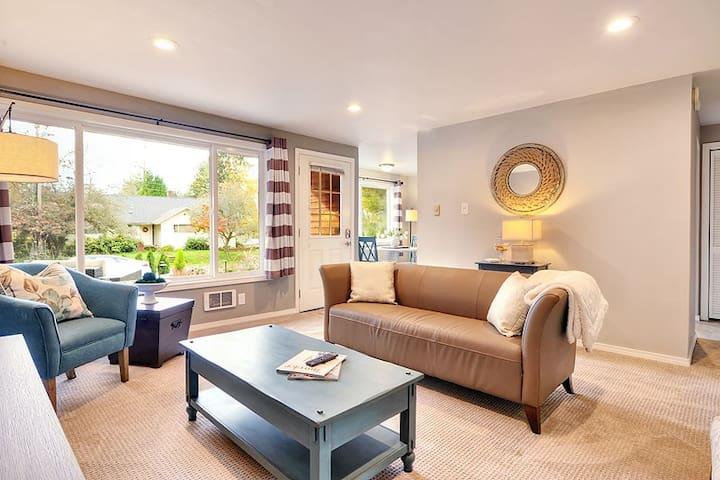 DOWNTOWN KIRKLAND - 2 BEDS, ALL NEW FURNISHINGS! - Kirkland - Lägenhet
