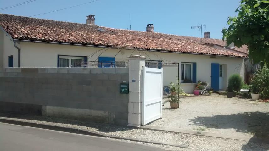 maison plain pied meublée située ds village classé - Écoyeux - Casa