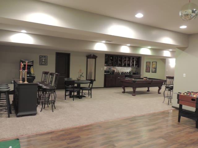 Luxury Home host Family Reunions & Rehersal Dinner - Noblesville - Hus