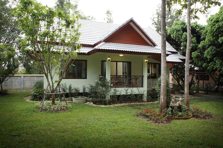 Hideaway Family House in the Garden**Breakfast** - Nong Han - Rumah