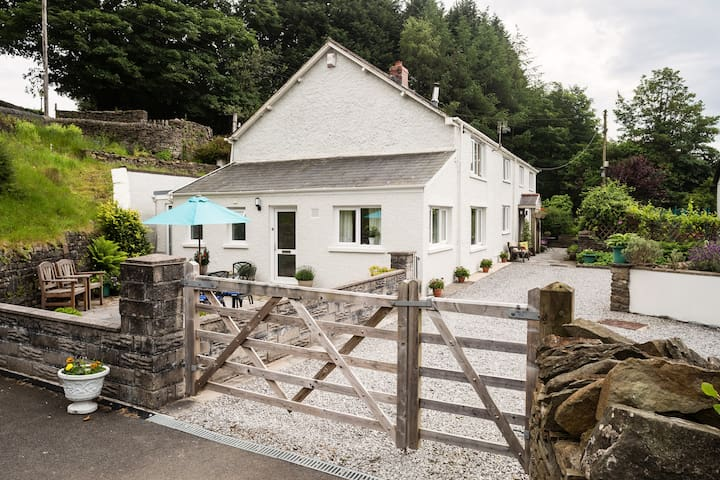 No 1 Tan yr Eglwys - Rhos - Huis