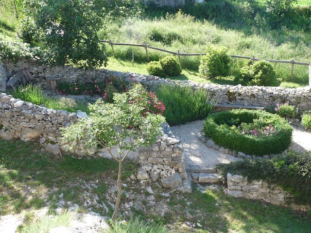 Stylish village cottage with great views & gardens - Caramanico Terme - Hus