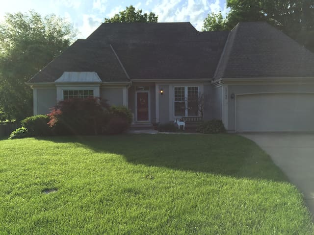 Beautiful home in quiet cul-de-sac - Overland Park