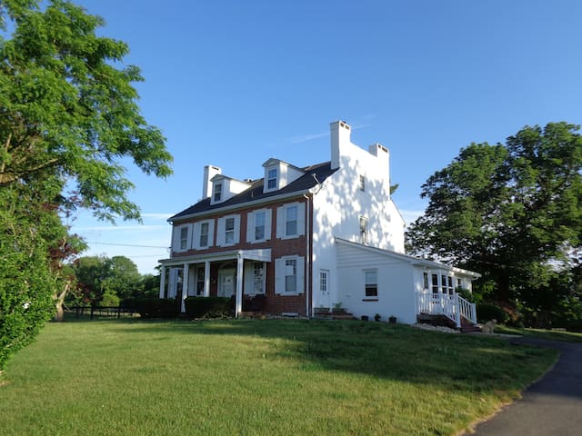 Historic Farmhouse on 85 acres, Working Horsefarm - Allentown - Ev