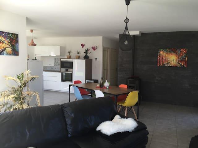 Belle villa+terrasse - idéal séjour pro/détente - Sardieu - Huis