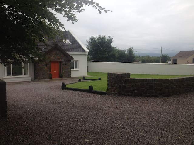 Large Modern Country Home with gardens & Wi Fi - Tralee - Hus