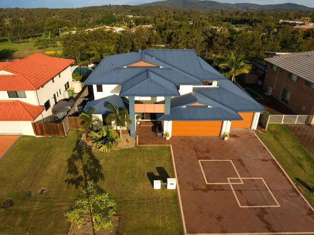 Holiday Home - Windaroo - Villa