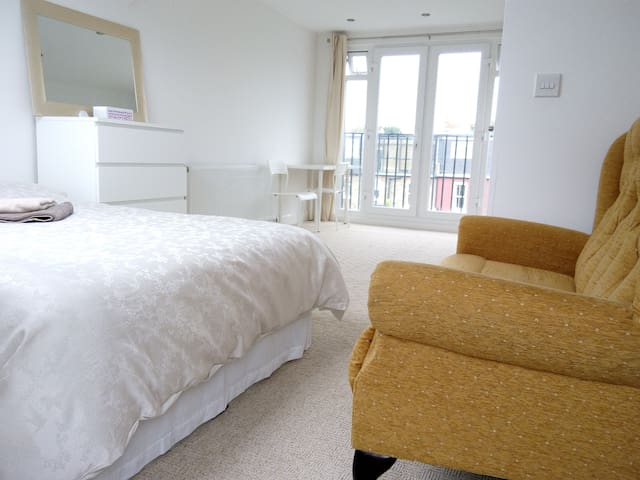 Studio Size Room ensuite.London,Relax Ck-in  - London - Hus