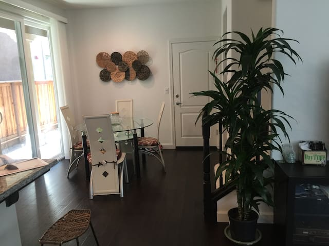 private room in beautiful single family home - Hayward - House