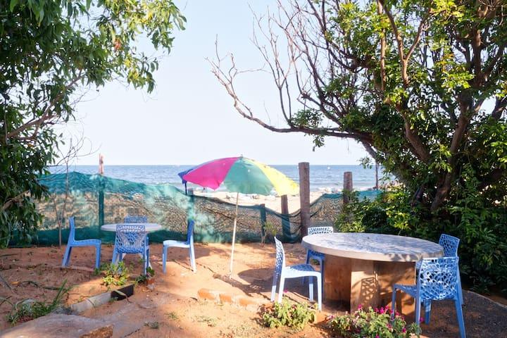 Simple beach accommodation 4 bedded-ganga down - Bommayapalayam - 家庭式旅館