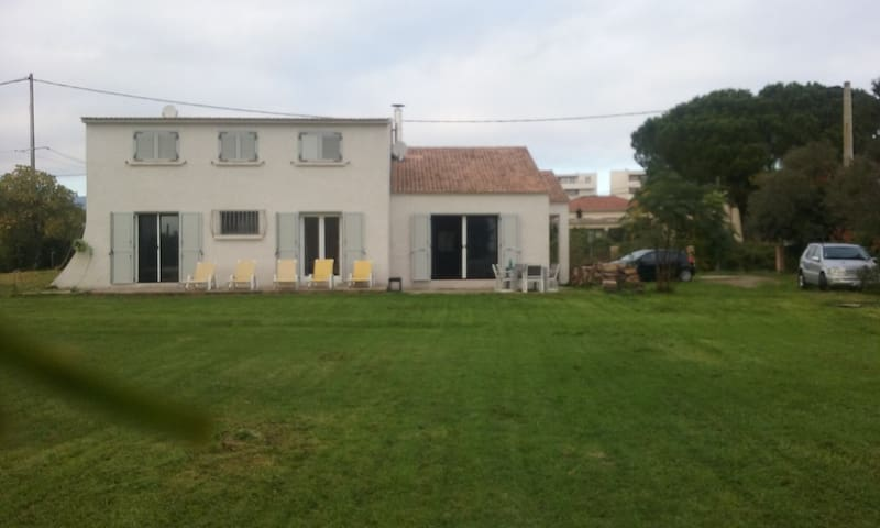 Chambre privée dans villa jardin 10 mn plage - Borgo - Villa