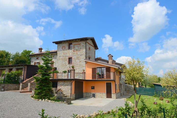 Casa del '700 sulla valle più bella del mondo - Bassano Sotto - Huis