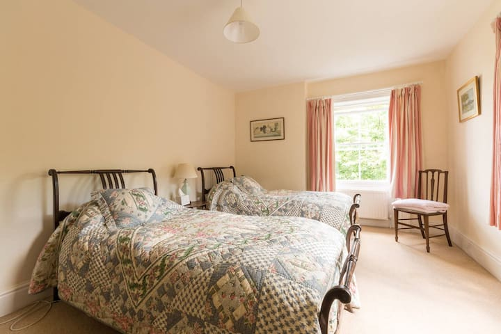 Twin Bedroom  In the Cotswold Countryside - Wotton-under-Edge