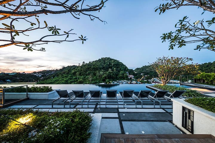 A Luxury Room with a Roof Top Pool & Gym in Town - Phuket