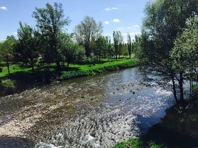 Jolie maison en bord de riviere - Montlaur - Huis