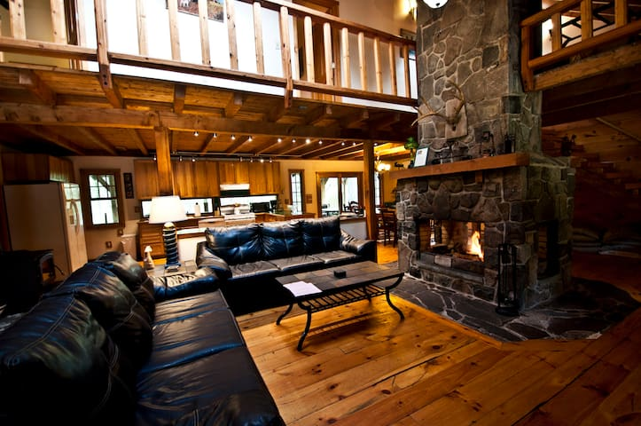 Log Lodge on 10 Acres--Huge Fireplace--Hot Tub!! - Dingmans Ferry - Maison