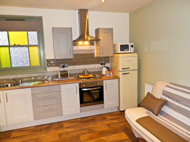 """Victorian miners cottage """"Brand new interior"""" - Eastwood Nottingham - Casa"""