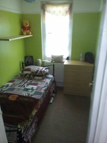 Nice small bed room in Quite place - Morden