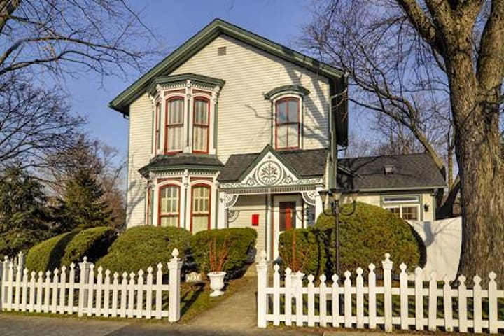 Historic 1864 Victorian near metra westline - West Chicago - Huis