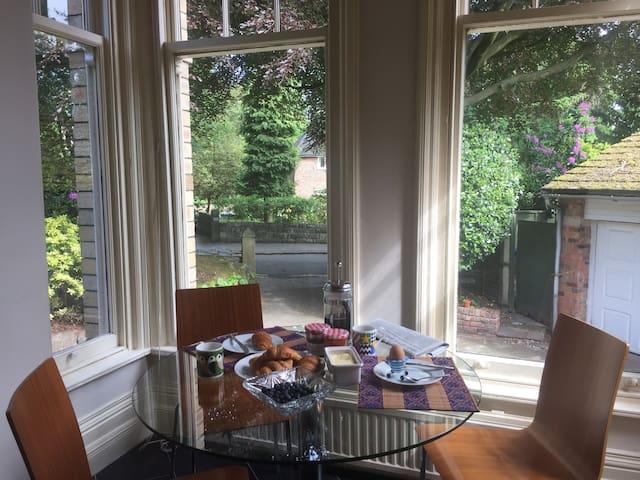 superb location, Edwardian mansion house apartment - Altrincham - Huis