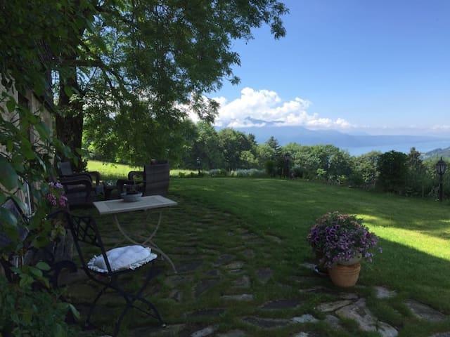 Chambre à louer dans un chalet suisse magnifique! - Saint-Légier-La Chiésaz - Chalet