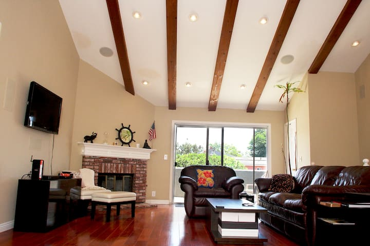 Spacious Townhouse with laundry room and parking. - Redondo Beach - Townhouse
