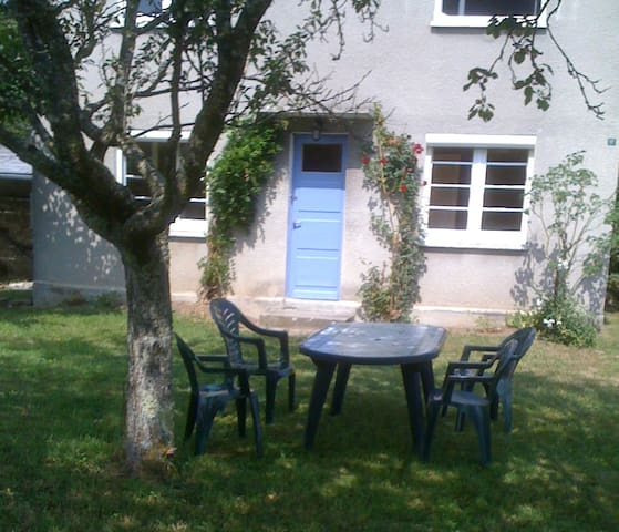 Petite maison côté jardin à 20 minutes d'Aurillac - Le Rouget - Hus