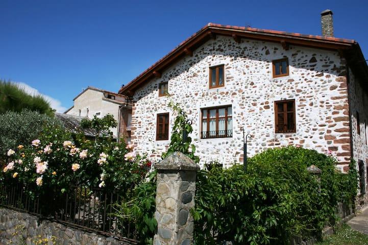 Preciosa casa con jardín en el centro de Ezcaray - Ezcaray - Hus