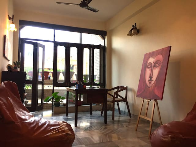 Warm, Artsy, Cozy Home decorated with love! - New Delhi - Leilighet