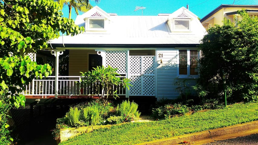 Cute cottage, treed area,  close to the city - Toowong - 獨棟