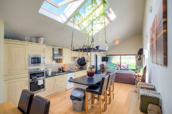 Cotswold 2 Bed Cottage  HOT TUB Golf Course Oaksey - Malmesbury  - Bungalow