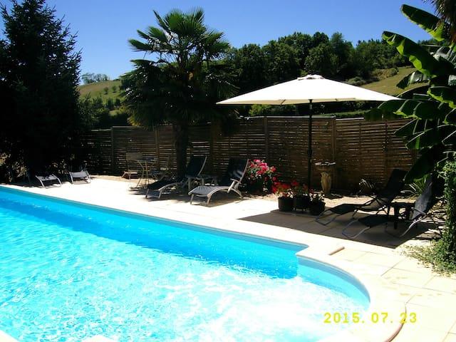 Quiet cottage, fabulous views! - Ayen