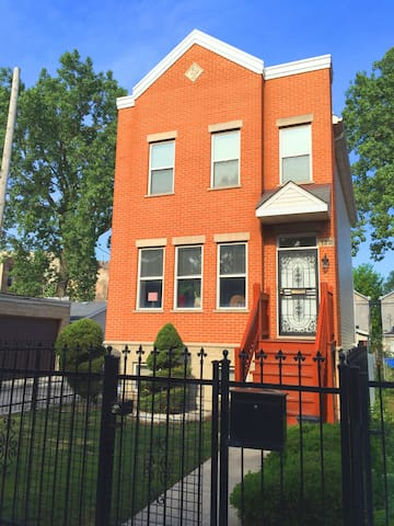 Cozy sleeping room two blocks from United Center - Chicago - Casa