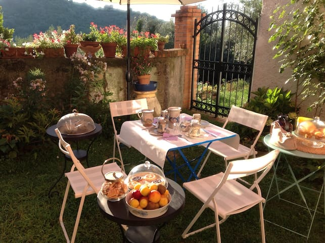 Cozy b&b 5 min. away from the sea - Celle Ligure - Bed & Breakfast