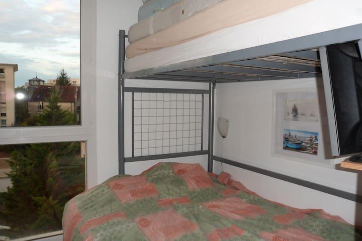 Chambre meublée, lit 140, quartier de la gare - Dijón - Bed & Breakfast